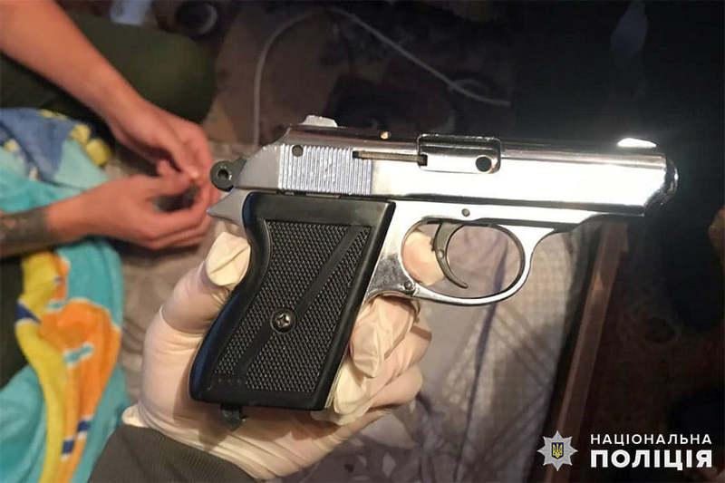 Пістолет виявився стартовим. Це шумова зброя, яку зазвичай використовують для сигналу старту на спортивних змаганнях