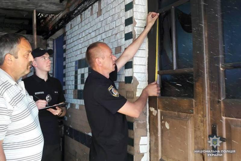 Правоохоронці, у присутності сільського голови, проводять слідчі дії.
