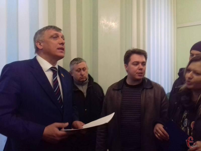 Активісти зараз спілкуються із головою обласної ради Михайлом Загородним.