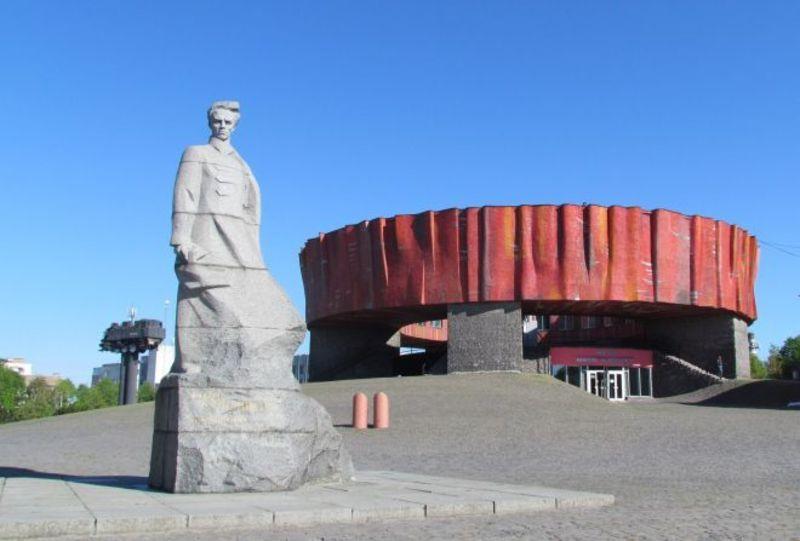 Відповідно до рекомендацій Інституту національної пам'яті музей Миколи Островського в Шепетівці мав би змінити свою назву