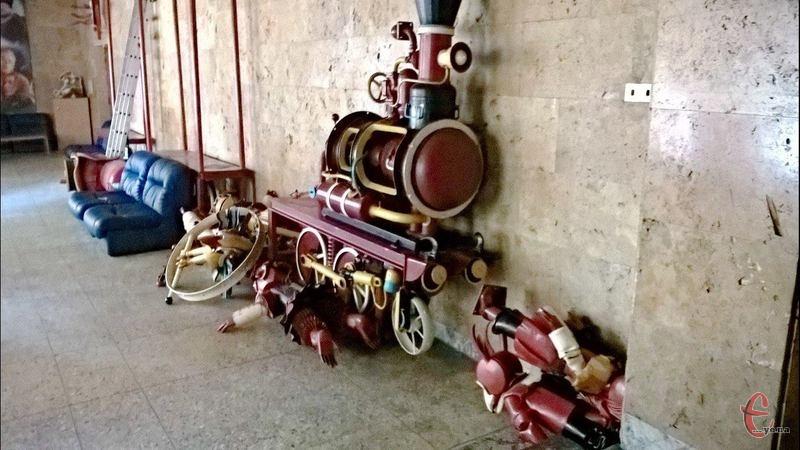 Скульптури Миколи Мазура, які тривалий час розміщувалися у кінотеатрі, тимчасово демонтували