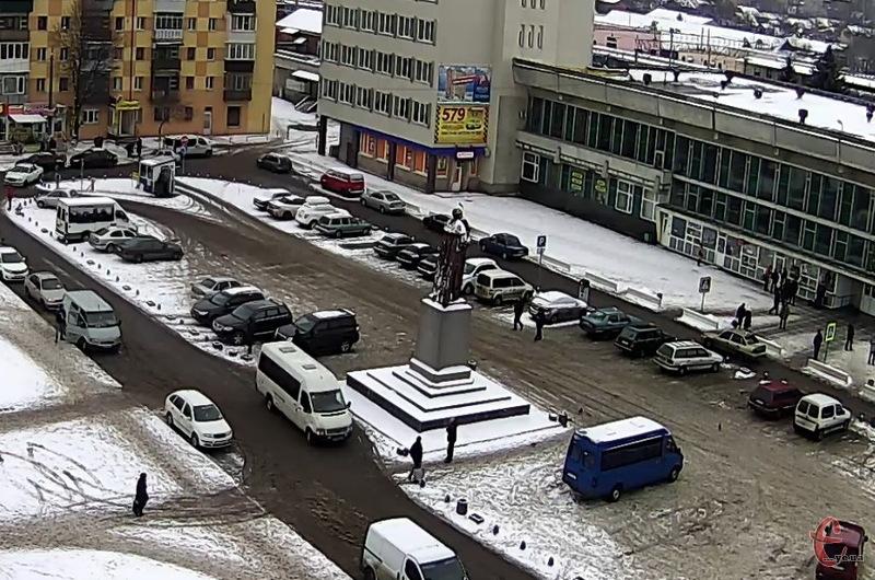 Парковка на привокзальній площі мала зникнути до 10 січня, але підприємець, який орендує земельну ділянку, подав апеляцію на рішення Господарського суду Хмельницької області