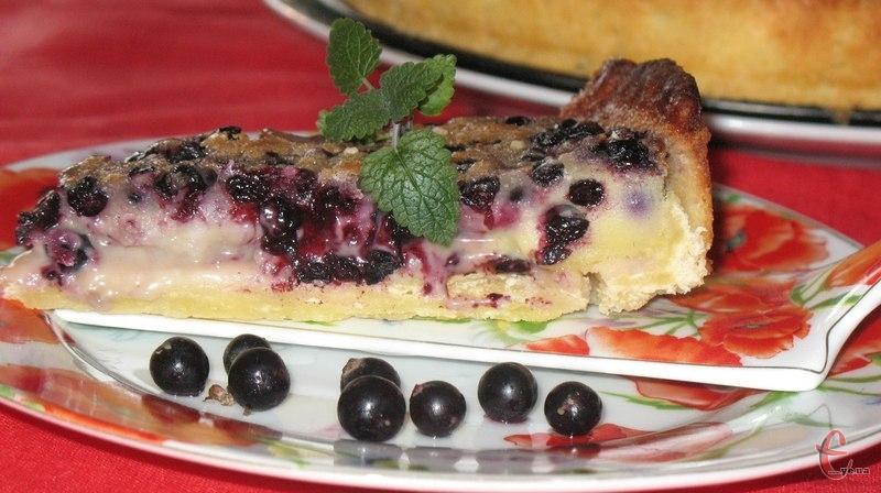 Відкритий пиріг із пісочної основи, чорничною начинки і сметанною заливкою.