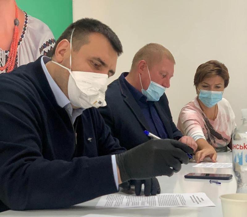 Кандидатка на посаду голови міста Хмельницького Інна Ящук, народні обранці та представники мікробізнесу підписали меморандум