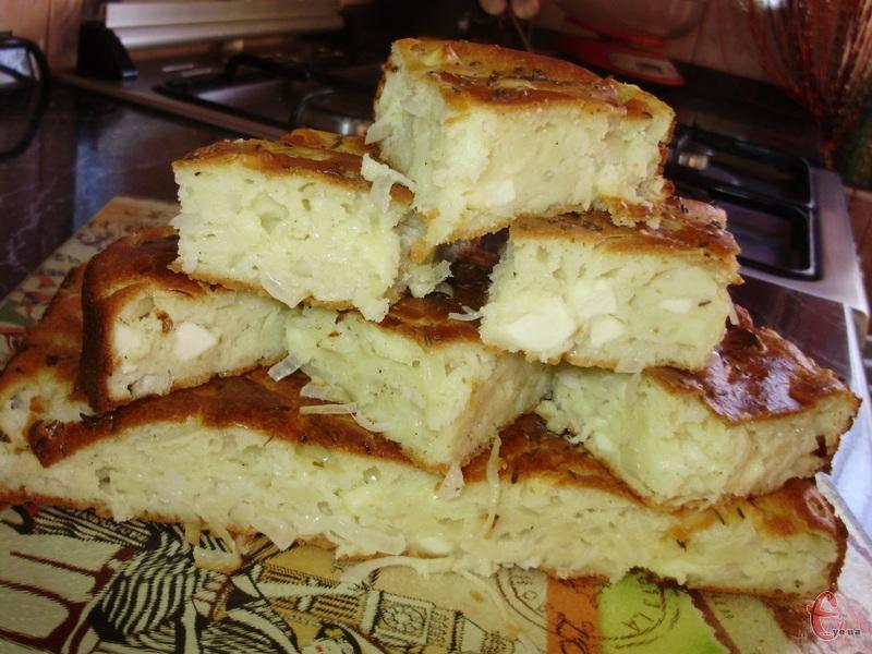 Соковитий пиріг, який зручно брати із собою в дорогу та смачно подавати до перших страв.
