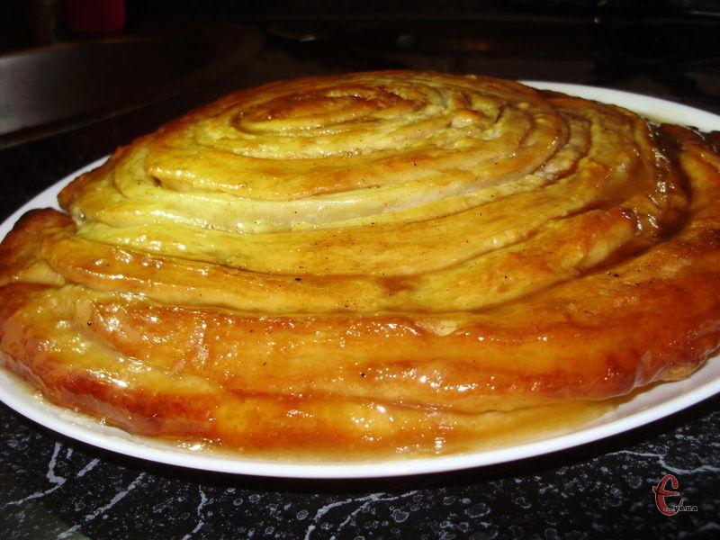 Блискуча карамель просочує тісто й дарує йому неймовірний смак.