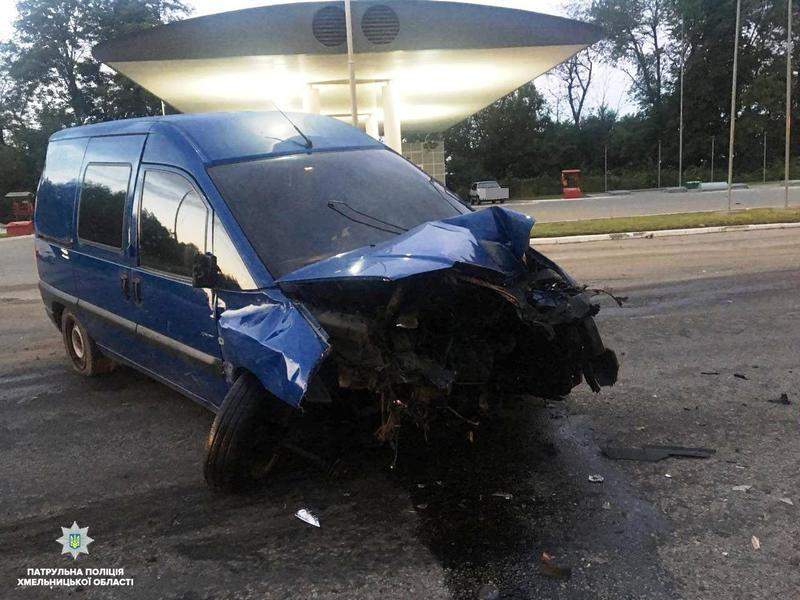 На Хмельниччині 19-річний водій в'їхав у заправку та втік