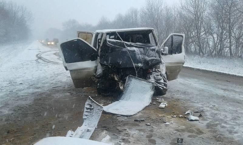 ДТП на Хмельниччині: постраждалих діставали рятувальники.