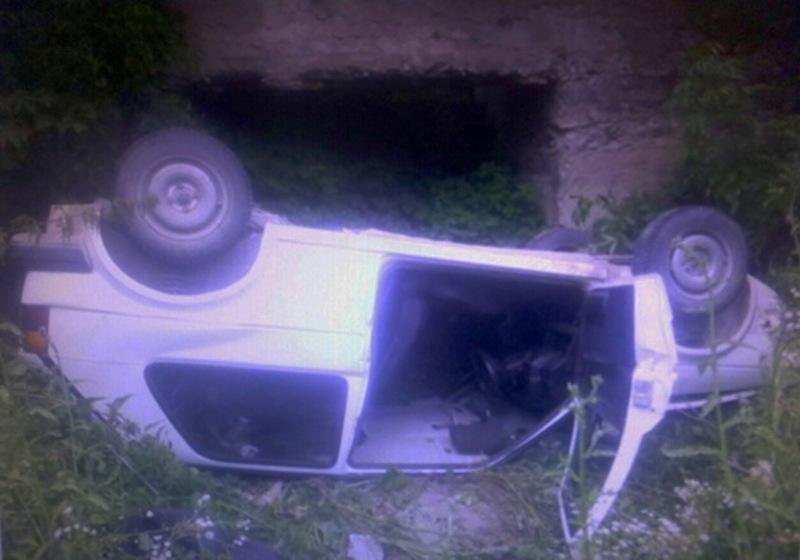 Автомобіль Фольксваген опинився в кюветі, а ось двоє чоловіків, які пересувалися ним - отримали травми різної тяжкості