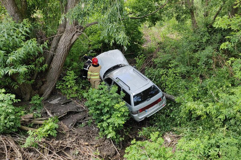 Водій не впорався з керуванням та допустив з'їзд з проїжджої частини в річку