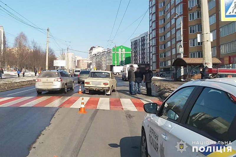 У Хмельницькому поліцейські встановлюють обставини ДТП, у якій травмувалась 64-річна жінка