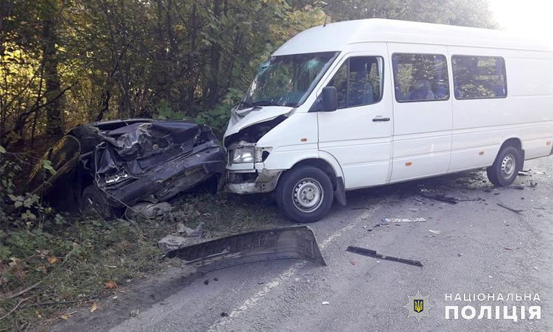 Водій автомобіля «БМВ» не впорався з керуванням та допустив зіткнення з бусом
