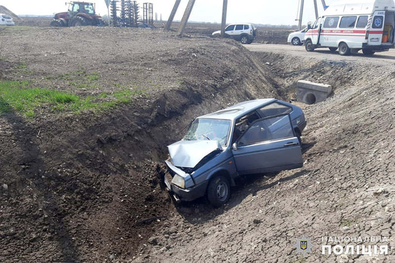 Водій легковика намагався уникнути зіткнення з трактором