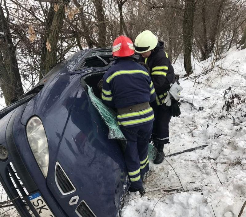 Через пошкодження автомобіля водія затиснуло в кабіні