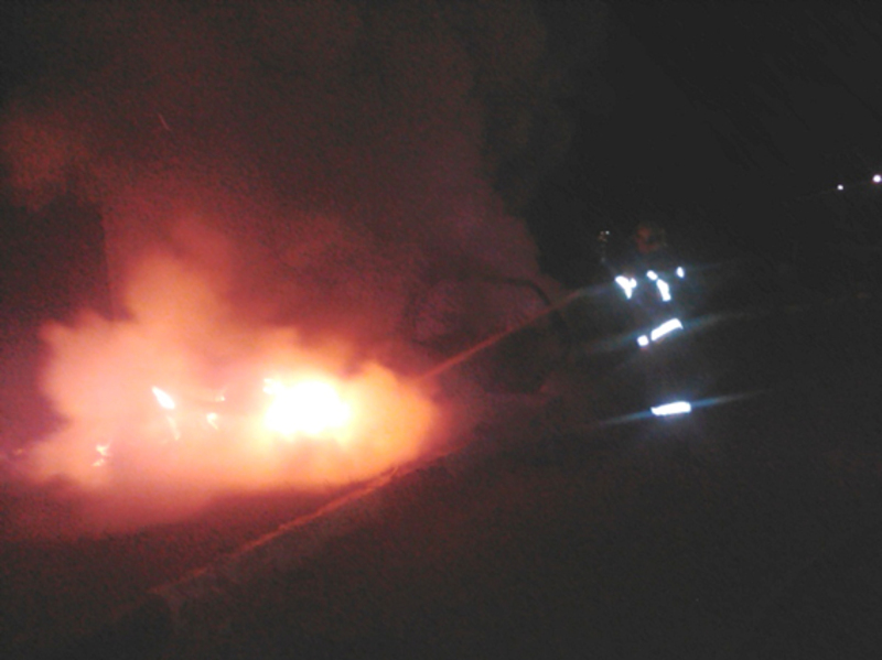 Вогнеборці врятовали трьох людей із палаючого автомобіля