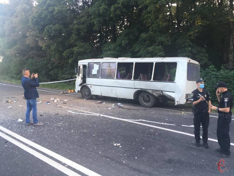 Водій та семеро пасажирів ПАЗу опинилися в лікарні. На місці ДТП працюють слідчі