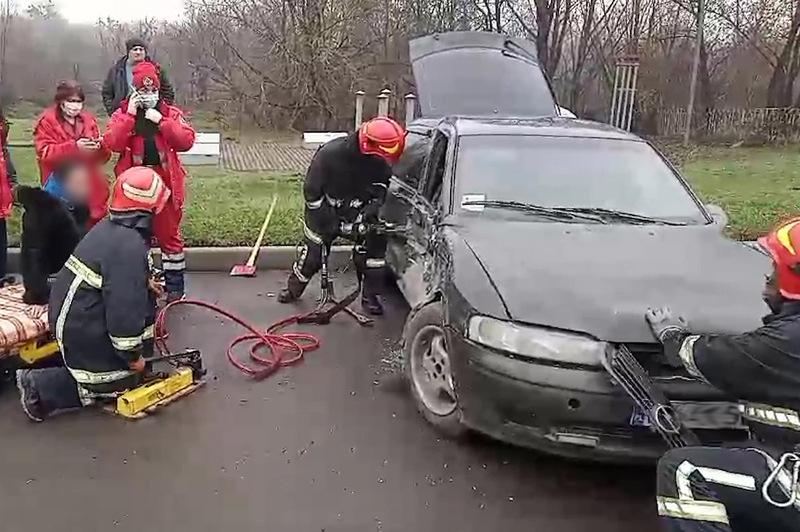 У Хмельницькому рятувальники ліквідували наслідки ДТП, у якій травмувалися дві людини