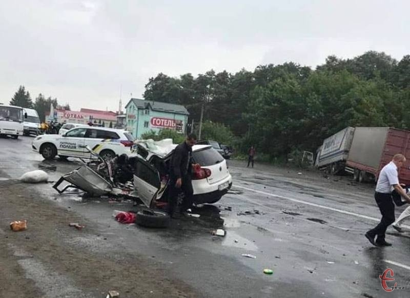 На трасі зіткнулись іномарка та вантажівка