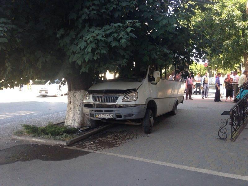 Маршрутка врізалась у дерево