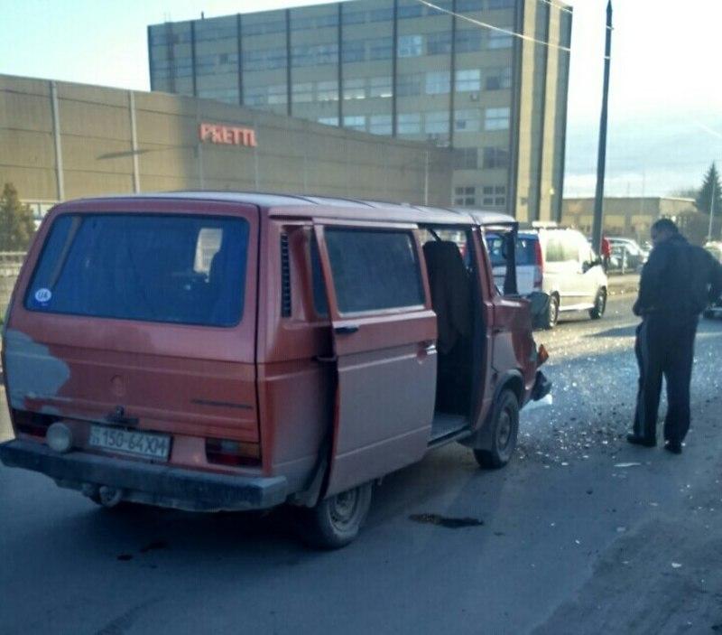 """Водій автомобіля """"Volkswagen Transporter"""" проявив неуважність, не вибрав безпечного інтервалу руху та допустив зіткнення з автомобілем """"Газель""""."""