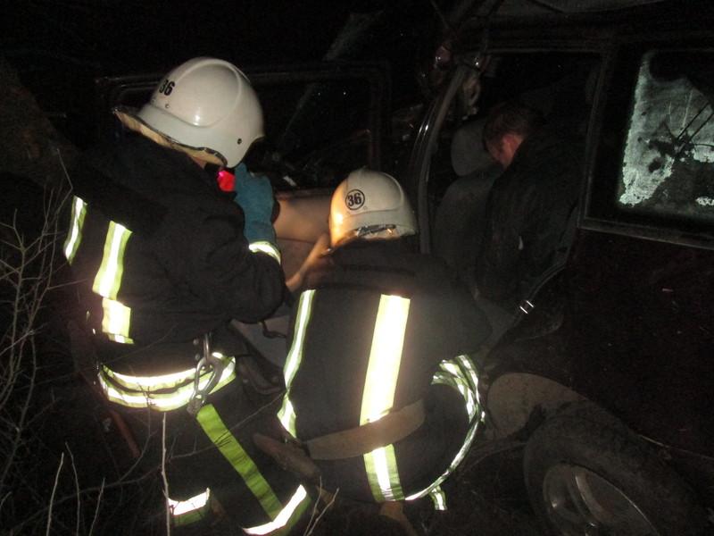 Рятувальники витягли з автівки двох чоловіків