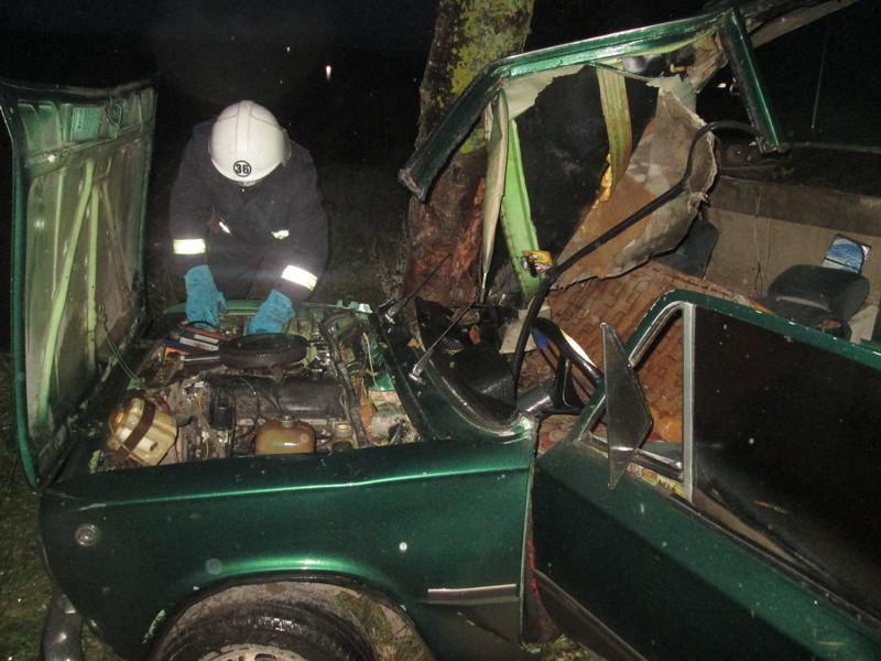 Автівка перевернулась, а водій потрапив у пастку.