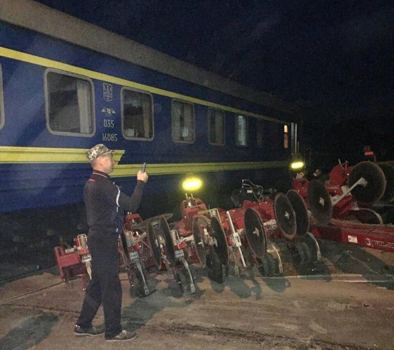 Тракторист не встиг проскочити перед поїздом
