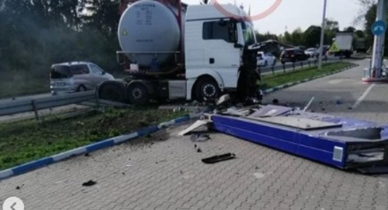 Вантажівка зіткнулась з легковиком