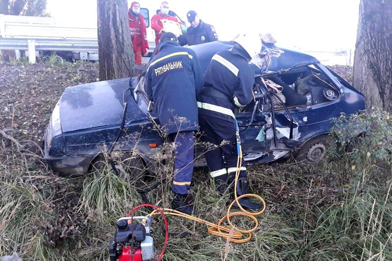 Водія затисло в кабіні, а тому рятувальникам довелося розрізати автівку, щоб передати чоловіка медикам