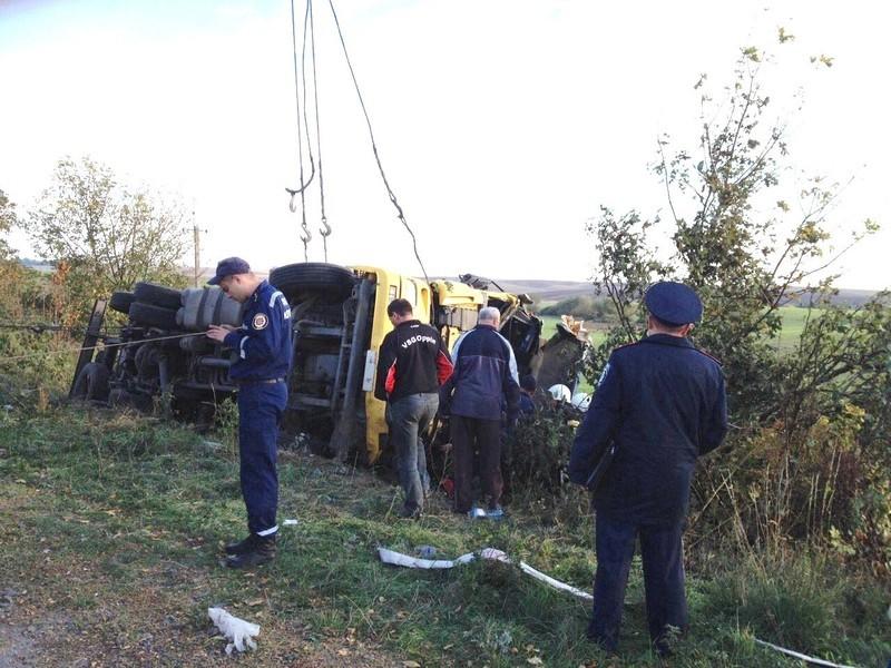 Вантажівка перевернулась, а водій потрапив у пастку