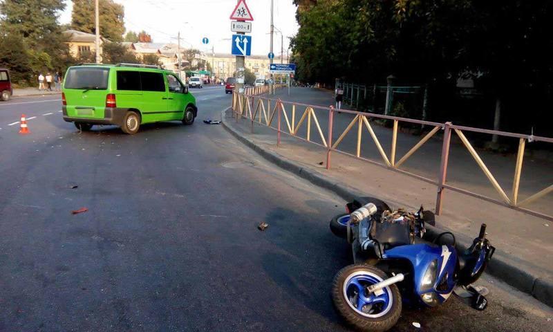 Автомобіль не пропустив скутер на дорозі