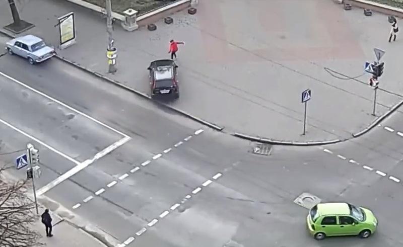 Людині, яка йшла тротуаром, довелося тікати від авто, яке пісд ДТП вискочило на пішохідну доріжку