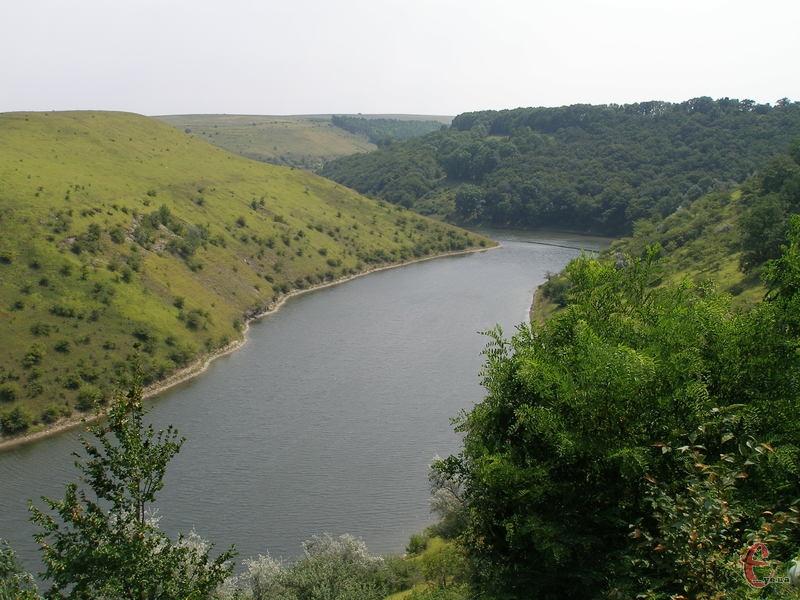 Дністер чудово підходить для водного туризму: сплавлятися на катамаранах чи плотах тут одне задоволення, адже річка достатньо широка, спокійна і не дуже глибока