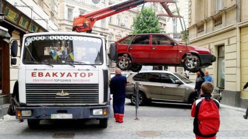 Евакуатори у Хмельницькому запрацюють тоді, коли будуть облаштовані паркінги