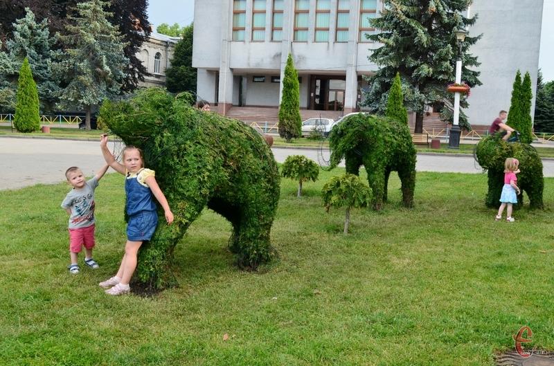 Полюбуватися сімейством слонів можна на майдані Незалежності