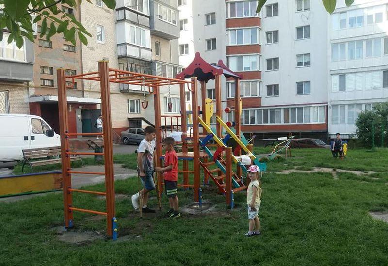 У Хмельницькому продовжують монтувати дитячі майданчикимайданчики