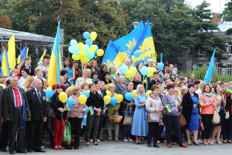 Багато хмельничан прийшли з прапорами і жовто-блакитними кульками