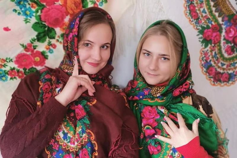 Долучилися до флешмобу і мешканки Хмельниччини, опублікувавши свої фото в яскравих українських хустках у соцмережах