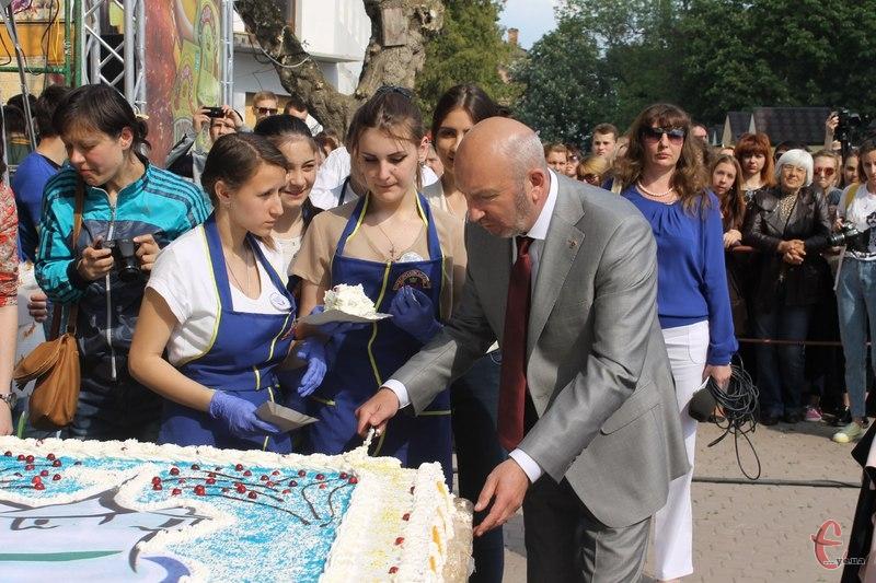 На День народження Кам'янця спекли величезний торт
