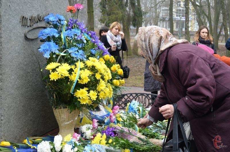 Хмельничани покладали квіти до пам'ятника Тарасу Шевченку
