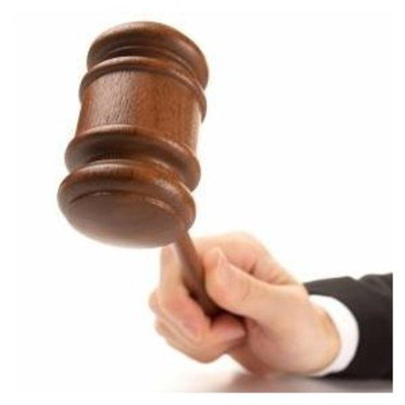 Секретаря обвинувачено в умисному перешкоджанні виконанню рішення та постанови суду.