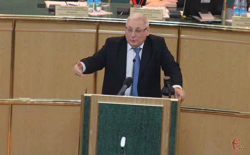 Сергій Пенюшкевич приблизно півгодини представляв депутатам базовий варіант обласного бюджету на 2017 рік