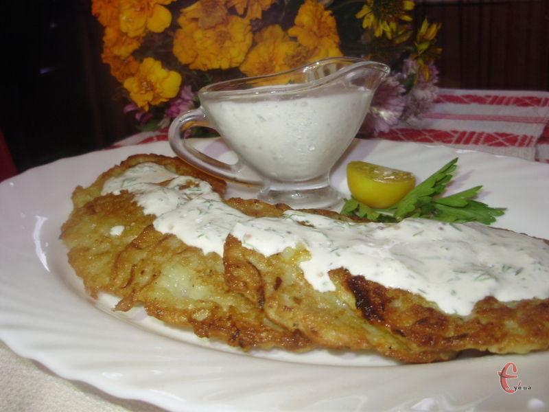 Зовні ці оладки дуже нагадують звичайні картопляні деруни, але на смак вони ніжніші, завдяки кабачку мають приємну солодкувату нотку.
