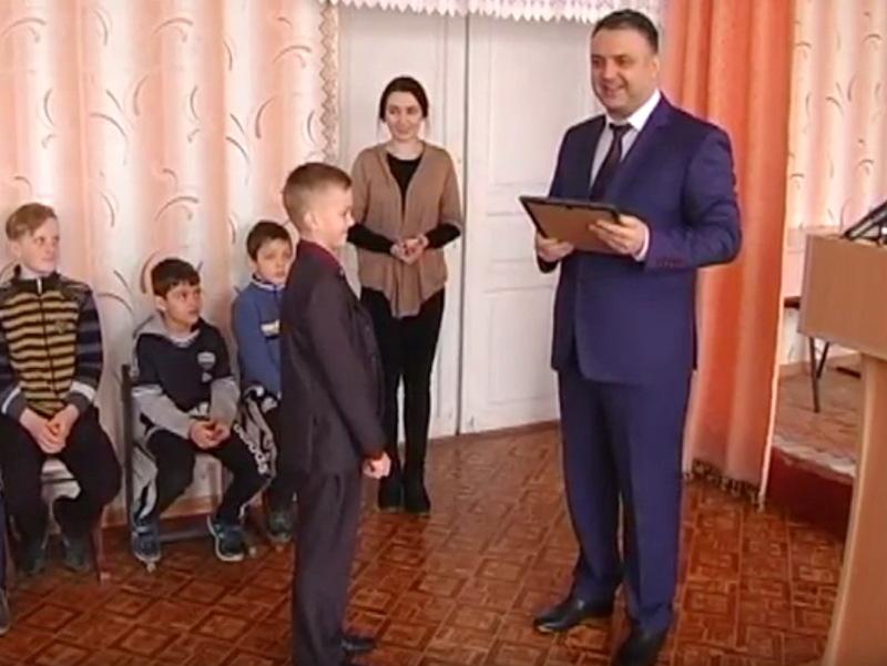 За допомогу в затриманні двох розшукованих підозрюваний, учня 5 класу керівництво обласної поліці нагородила почесною грамотою