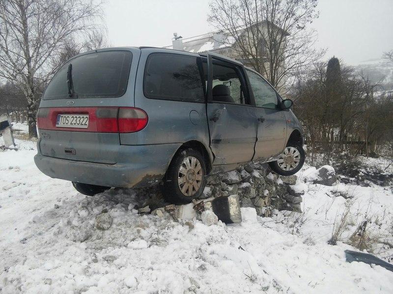На Чемеровеччині автівка опинилася на підвалині