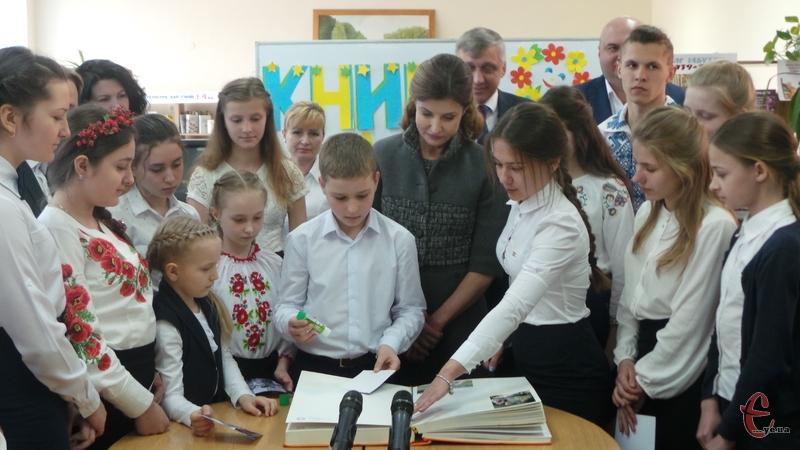 Діти разом із Мариною Порошенко вклеїли фото