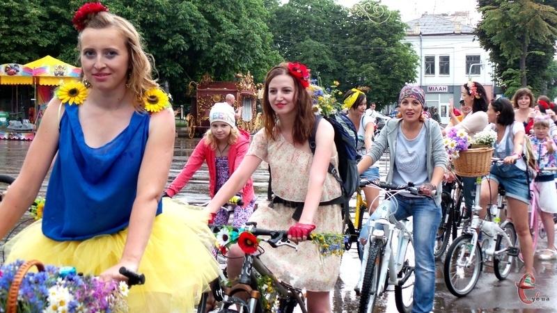 Центральними вулицями міста проїхали близько півсотні заквітчаних велосипедисток