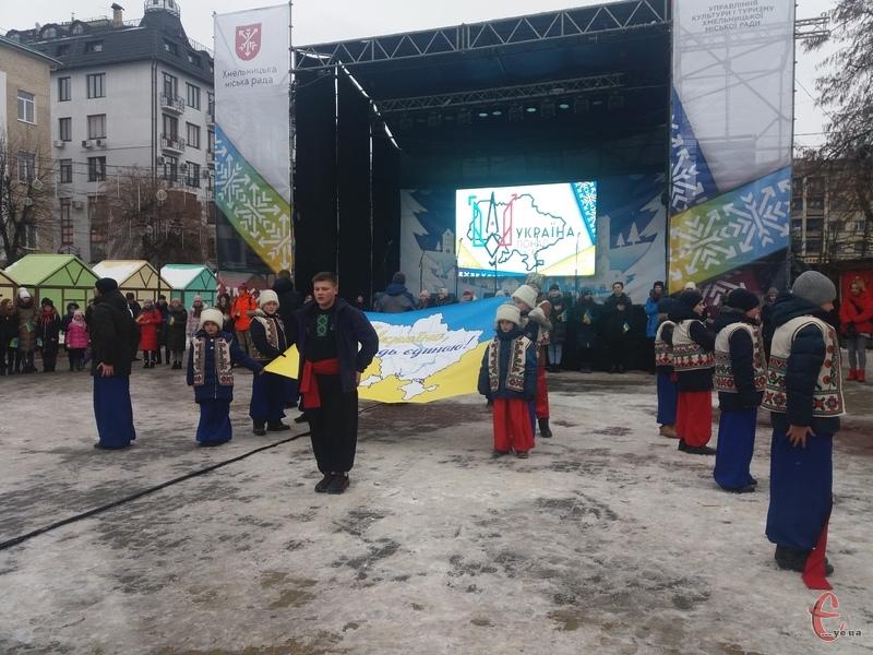 Хлопці одягли національне вбрання і створили контур карти України