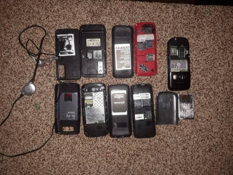 В пакунках правоохоронці виявили 9 мобільних телефонів. Фото: ДУ
