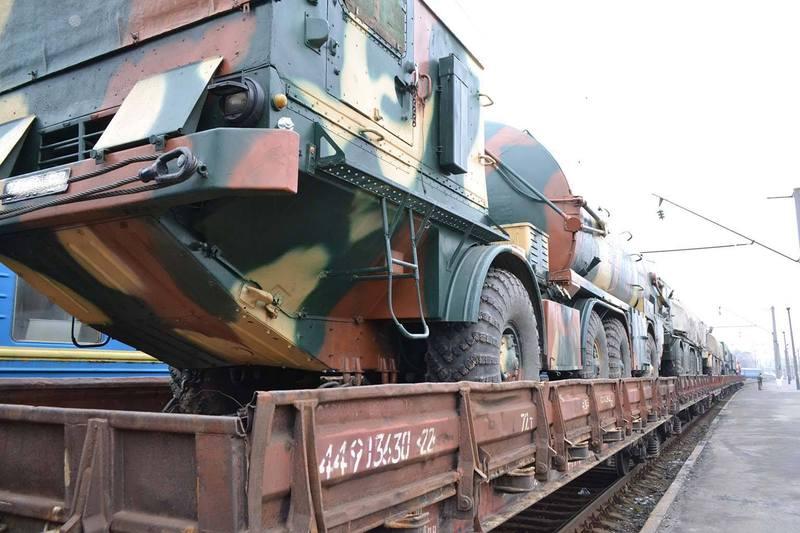 Залізничні платформи з бойовою технікою та автомобілями забезпечення прибули до Хмельницького